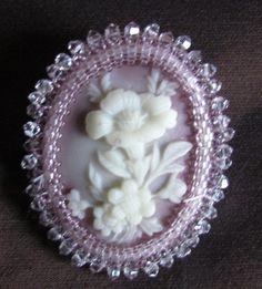 Spilla realizzata in embroidery con cammeo incastonato
