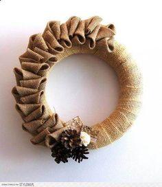 Te mostramos cómo hacer una corona de Navidad usando tela de arpillera y algunos elementos más.