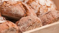 Das Brot muss beim Backen mehrmals mit Wasser eingepinselt werden. Nur dadurch bekommt das Brot eine…