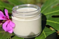 DIY Green Tea Sunscreen SPF Reapply at least every 2 hours. Homemade Sunscreen, Natural Sunscreen, Sunscreen Spf, Natural Makeup, Natural Skin, Natural Health, Natural Oils, Au Natural, Vanilla Essential Oil