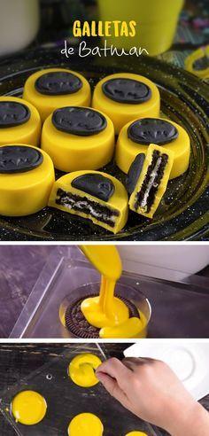 Prepara estas ricas galletas de chocolate, cubiertas con chocolate amarillo y con el logo de batman serán perfectas para tu fiesta temática.