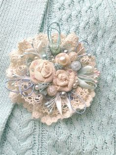 This pin was discovered by she – Artofit Cloth Flowers, Lace Flowers, Crochet Flowers, Fabric Flowers, Wedding Flowers, Flores Shabby Chic, Shabby Chic Flowers, Fabric Flower Brooch, Fabric Flower Tutorial