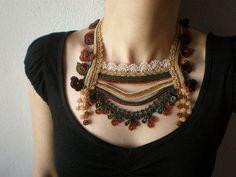 Primula Alpicola... Crochet con cuentas collar - crema amarillento verde marrón caqui - flores - Beadwork declaración collar babero