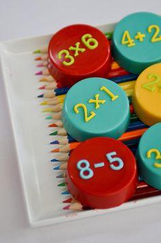 Biscoitinhos com chocolate em bandejas de lápis colorido