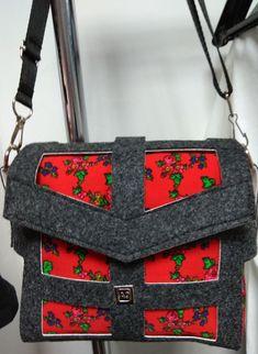 9aac53b4d7985 Super modna torebka wykonana z filcu. Obszyta jest czerwonym materiałem we  wzory kwiatowe charakterystyczne dla