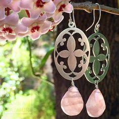 Aritos de plata 950 con bellos cuarzo rosa. (Y ahora sí floreció la clepia)  Valor: $38.000
