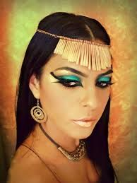 maquillaje egipcio - Buscar con Google Cleopatra Makeup, Egyptian Makeup, Egyptian Beauty, Egyptian Cats, Egyptian Headpiece, Penelope Cruz Makeup, Makeup Art, Face Makeup, Halloween Makeup Looks