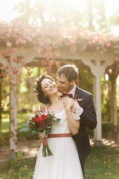 Яркая свадьба с красными акцентами, жених и невеста