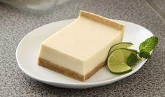 Anímate a preparar este delicioso postre frío de limón que tiene una rica costra de galleta maría que le da una textura crocante; que además combina perfecto con el cremoso relleno de queso con limón. Un postre muy fácil de hacer que todos en casa amarán.