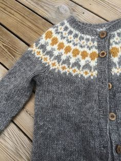 Héla Short Cardigan with Zip Ravelry: Hela Short Cardigan with Zip pattern by Védís Jónsdóttir Fair Isle Knitting Patterns, Sweater Knitting Patterns, Knit Patterns, Baby Knitting, Ravelry, Knit Cardigan Pattern, Jacket Pattern, Knit Fashion, Cardigans For Women