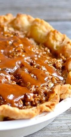 Caramel Apple Pie Recipe, the pie wasn't that great but the caramel sauce is awesome! Apple Pie Recipes, Fall Recipes, Sweet Recipes, Carmel Apple Pie Recipe, Apple Pies, Apple Pie Topping Recipe, Crumble Topping, Köstliche Desserts, Delicious Desserts
