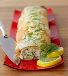 Denna tonfiskrulle är en given succé. --- TO DECARB: Use low carb pastry (fathead) Seafood Recipes, Snack Recipes, Zeina, Scandinavian Food, Good Food, Yummy Food, Tasty Videos, Swedish Recipes, Different Recipes