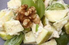 Salát s grilovaným kuřetem, cizrnou a ovocem