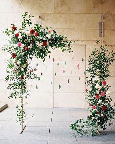 DIY wedding photo background – floral deco for wedding – Wedding Flowers Ceremony Backdrop, Ceremony Decorations, Wedding Centerpieces, Wedding Table, Diy Wedding, Wedding Day, Trendy Wedding, Wedding Ceremony, Wedding Beach