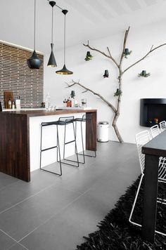 Une cuisine noire et blanche contemporaine.