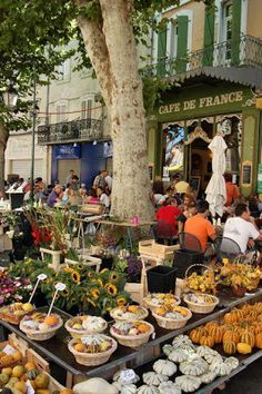 Market day, L'Isle-sur-la-Sorgue, Provence, France