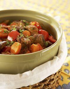 Paprikainen lihapata valmistuu helposti, sillä se hautuu itsekseen uunissa tai liedellä meheväksi.