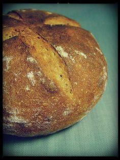 Chleb o niesamowitym zapachu, z mocno chrupiącą skórką i miękkim miąższem. Po dwóch dniach smakował równie dobrze ale najlepszy jes...