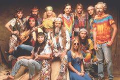 Hippinek az elidegenedett fogyasztói társadalom ellen anarchisztikusan és feltűnősködően lázadó, abba beilleszkedni és dolgozni nem akaró fiatalokat nevezték. A hippi csoportosulás tagjainak közös jellemzője volt, hogy hajukat hosszúra növesztették, pólót és farmert viseltek, valamint szerették a Beatlest.