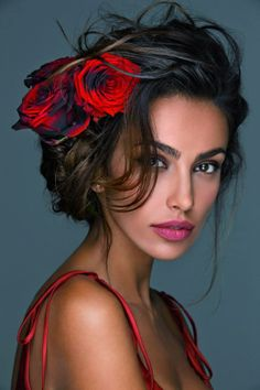Beauty Lover: Musa Flores no cabelo Most Beautiful Eyes, Beautiful Women, Beautiful Pictures, Woman Face, Flowers In Hair, Roses In Hair, Red Roses, Red Flowers, Pretty Face