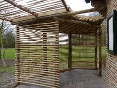 Alternativ og inspirerende anvendelse af Kastanje som tag på terrassen. Se mere på www.sallingbo.dk