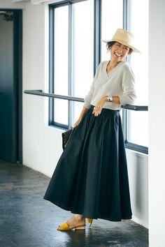 大草編集長が着こなす!「ナチュラルビューティー」×ミモレコラボレーションアイテム | ようこそサテライト編集部へ | mi-mollet(ミモレ) | 毎日のおしゃれ、美容、ライフスタイルのリアルな最新情報をお届け The Sartorialist, Modest Fashion, Fashion Outfits, Womens Fashion, Mode Simple, Winter Mode, Estilo Fashion, Minimal Fashion, Skirt Outfits