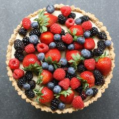 bookmark lots of fabulous berry dessert recipes for summer now like this spectacular berry tart recipe. And it's not hard! | Delectably Green