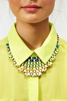 Hauska väriyhdistelmä keväisiä vihreän sävyhä. Woven necklace in lime green.