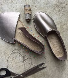 "Do you fancy casual summer shoes? With the ""Do it yourself kit"" for espadrilles from PRYM Make Your Own Shoes, How To Make Shoes, Brown Leather Sandals, Leather Espadrilles, Sewing Leather, Leather Pattern, Leather Diary, Crochet Shoes, Crochet Slippers"