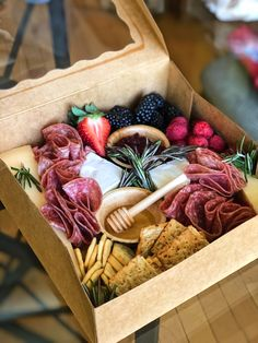 Plateau Charcuterie, Charcuterie And Cheese Board, Charcuterie Platter, Charcuterie Picnic, Cheese Boards, Party Food Platters, Cheese Platters, Comida Picnic, Graze Box