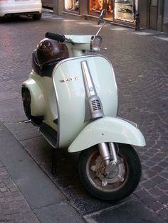 Green Vespa, I have one of these that was my aunt's! Vespa Ape, Piaggio Vespa, Lambretta Scooter, Vespa Scooters, Scooter Motorcycle, Fiat 500, Vespa Special, Vespa Smallframe, Motos Vespa