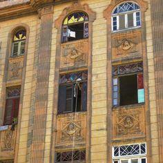Fachada de un edificio de vecinos en la calle Cuba, Habanavieja #havana #habana #habanavieja #cuba #building #oldbuilding #architecture #window #vitral #glassart #ig_habana #ig_cuba #ig_streetphotography #ig_street #loves_habana #loves_cuba #total_cuba #ig_architecture #ig_art
