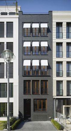 """Schwarzer Solitär – Dieses Stadthaus in Berlin wurde beim Fritz-Höger-Preis 2011 für Backstein-Architektur in der Kategorie """"Wohnungsbau, Geschosswohnungsbau"""" nominiert.Foto ©️️ HÖHNE Architekten BDA"""