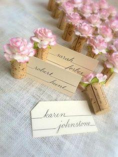 des marque places en bouchon de liège et petites fleurs, décor de mariage très romantique