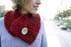 Cuello con botón de nácar hecho a mano con más de un 50% de lana