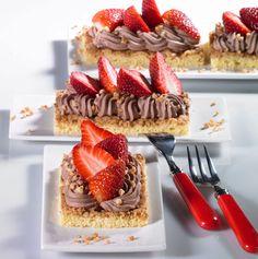 Lockere Biskuitteilchen mit schokoladiger Sahne und Erdbeeren