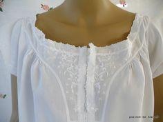 LINGE ANCIEN/ Somptueuse chemise de jour avec empiècement brodé de fleurettes sur toile de fil de lin
