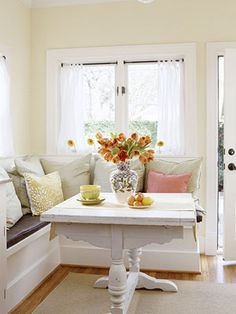 Like the idea of a square table in the breakfast nook.  Discovered this image via vi.sualize.us