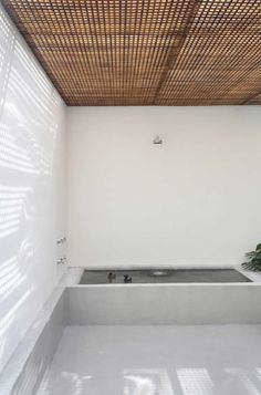 Guilhermes Home Studio / Studio Guilherme Torres wood square pattern interior court sunshade ceiling Patio Interior, Bathroom Interior, Interior And Exterior, Design Bathroom, Design Interior, Bath Design, Interior Ideas, Bad Inspiration, Bathroom Inspiration