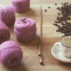 Preparando estas madejas para un pedido se me ha venido a la cabeza el jersey Abril de Isabell Kraemer y que lleva tiempo en mi lista de futuros proyectos. Y es que la Malabrigo Silkpaca es una buena opción para ese tipo de jerseys ligeros y elegantes de los que nos ponemos para una cena romántica o una merienda con amigas en la cafetería más cool de la ciudad. . #lana #lanas #Yarn #wool #silkpaca #malabrigo #malabrigosilkpaca #alpaca #silk #seda #yarnshop #tiendadelanas #ohlanas…