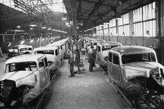 Citroën Traction Avant.  La Traction Avant est construite principalement dans l'usine de Javel (Paris) de 1934 à 1957. Créée en 1915 pour produire des obus, cette dernière est reconstruite dans sa quasi-totalité en un temps record, de mars à août 1933, pour la nouvelle Citroën. Ici, la chaîne de débosselage en 1952