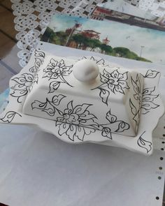 Pottery Painting, Ceramic Painting, Ceramic Art, Ceramic Butter Dish, Home Made Simple, Diy And Crafts, Arts And Crafts, Blue Words, Turkish Art