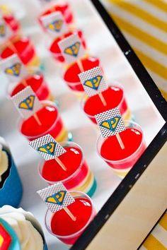 19) Bandeirinhas para salgados  ou sanduiches: bandeirinhas multiuso. Neste caso é uma gelatina colorida, mas pode ser usada em mini sanduiches, salgadinhos diversos... fica bem fofo!