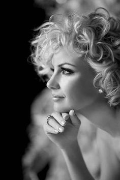 Faith Hill this is how I want my hair to look for the wedding. Short Blonde Haircuts, Curly Haircuts, Short Haircut, Beauté Blonde, Blonde Curls, Corte Y Color, Faith Hill, Celebrity Wallpapers, Her Hair