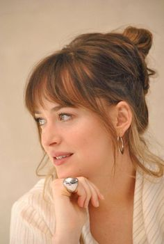 Dakota Johnson news, photos, style and everyting :) Bangs For Round Face, Long Hair With Bangs, Short Bangs, Hair Inspo, Hair Inspiration, Messy Bangs, Hair Bangs, Medium Hair Styles, Short Hair Styles