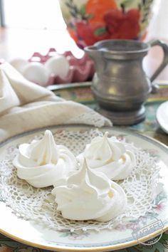 One egg white and a few other ingredients are all that's needed for these lovely and delicate meringues. This small batch recipe makes five or six melt-in-your mouth meringue cookies. Such an easy recipe and perfect for anyone cooking for one! Single Serve Desserts, Small Desserts, Mini Desserts, Easy Desserts, Russian Desserts, Eggless Desserts, Mexican Desserts, Individual Desserts, Bite Size Cookies