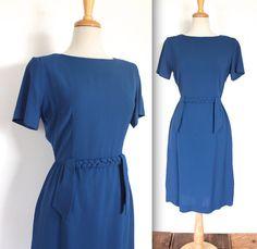 Schönen Jahrgang späten 1940er Jahre Königsblau wiggle Kleid mit geflochtenen Taille Gürtel Akzent! Abbildung knuddeln Sanduhr Silhouette für