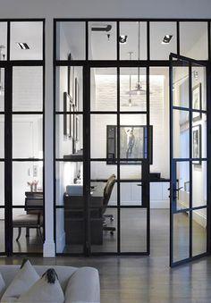 Parede ou janela de vidro com grade preta