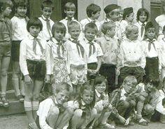 Schulkinder in der #DDR mit Pionier-Halstüchern ---- schoolchildren in the #GDR wearing the neckers of the young pioneers