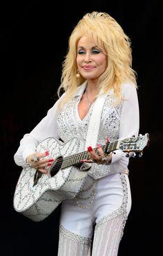 Dolly Parton thrills crowd at Glastonbury Festival - Yahoo News